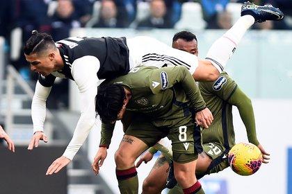 Soccer Football - Serie A - Juventus v Cagliari - Allianz Stadium, Turin, Italy - January 6, 2020  Juventus' Cristiano Ronaldo in action with Cagliari's Luca Cigarini   REUTERS/Massimo Pinca