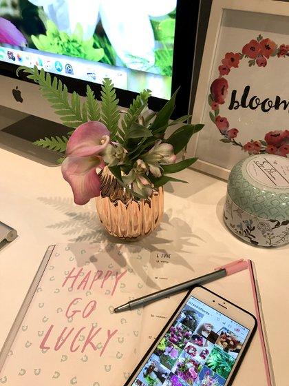 Para el escritorio de trabajo, un mini arreglo de astromelias, pequeñas calas y helechos, otorga vida y motivación