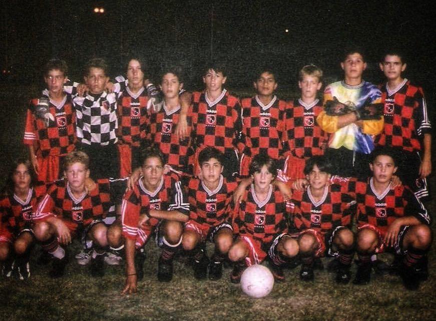 Lionel Messi abajo (tercero de derecha a izquierda) con la pelota en sus pies, tal como acostumbra (Foto: Newell's Old Boys/Erica Pizzuto)