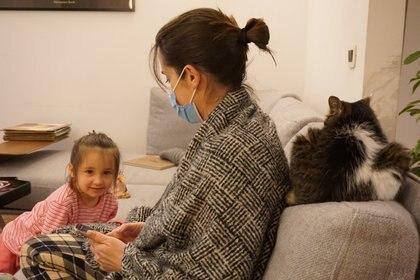 La médica italiana Cecilia Bartalena con su hija de cuatro años, Petra Marianelli, con la que interactúa tomando las precauciones contra el contagio del SARS-CoV-2. (Lorenzo Marianelli via REUTERS)