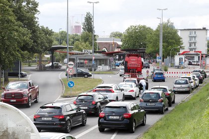 Fila de autos en la fontera entre Alemania y Suiza.