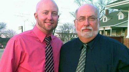 John Hinkle Jr. junto a su difunto padre