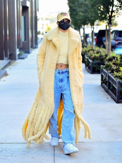 Hailey Baldwin, la esposa de Justin Bieber sorprendió con su look paseando por las calles de Nueva York. Fue encontrada por la prensa local mientras compraba un café en un reconocido local. Para ello, vistió un excéntrico tapado amarillo, un top del mismo color, unos jeans holgados, unas zapatillas blancas y una gorra de baseball