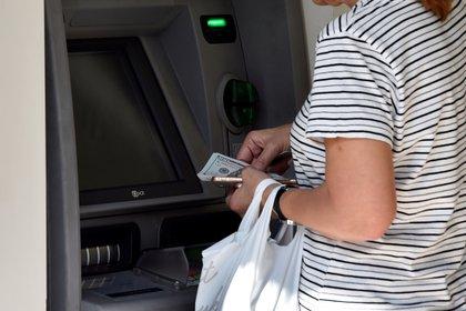 Los retiros de dólares en cajeros no pagan comisión, pero no es fácil conseguirlos.