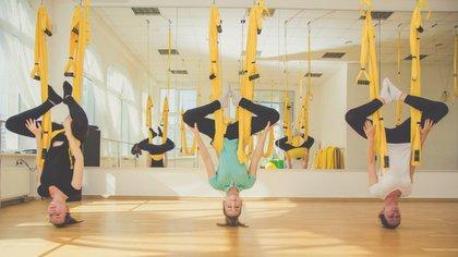 Las clases infunden comúnmente poses tradicionales del yoga con acrobacias (iStock)