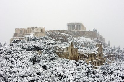 La postal del Partenón nevado, símbolo de la rica arqueología griega en Atenas (REUTERS/Alkis Konstantinidis)
