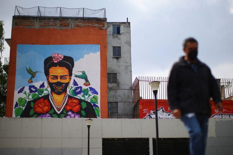 Imagen de archivo. Un mural de la artirsta mexicana Frida Kahlo con una mascarilla es visto mientras continúa la pandemia del coronavirus en Ciudad de México, México. 24 de septiembre de 2020. REUTERS/Edgard Garrido