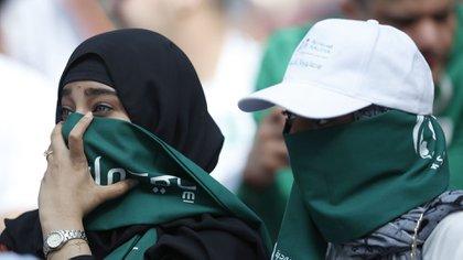 Las mujeres fueron habilitadas para ir a la cancha hace poco tiempo en Arabia Saudita (AP)