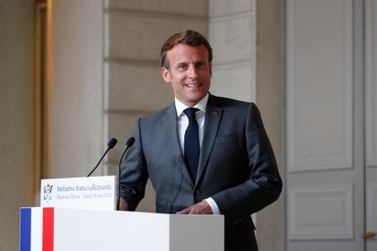 El presidente francés Emmanuel Macron en el Palacio del Elíseo en París este 18 de mayo de 2020 (Francois Mori/Pool via REUTERS)