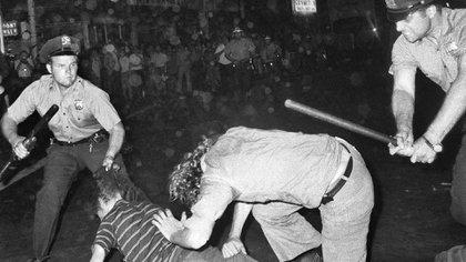 Escena de la represión policial durante los disturbios afuera del Stonewall Inn(Foto: AP)