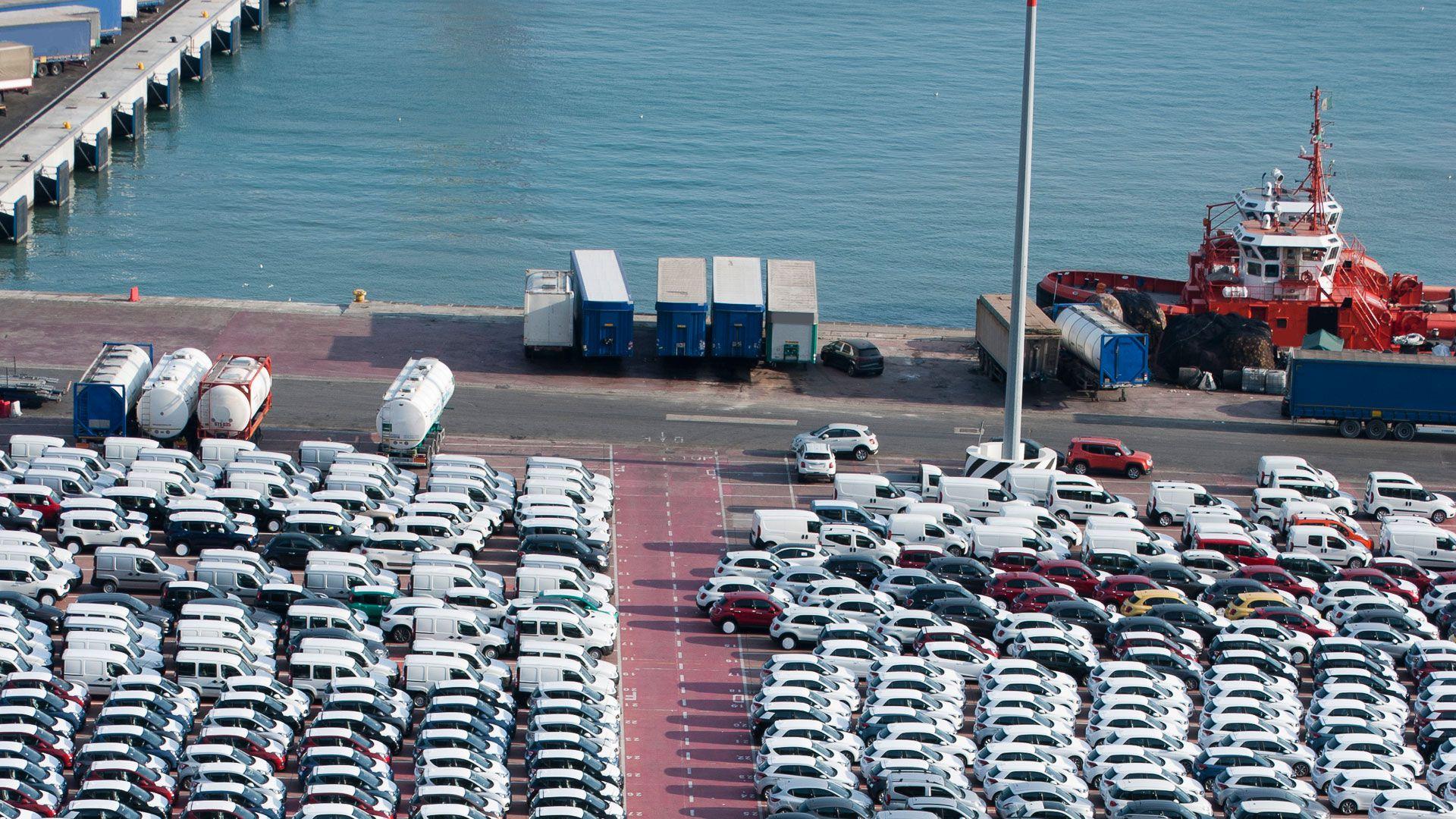 Las autmotrices señalan que hay muchas unidades en los puertos