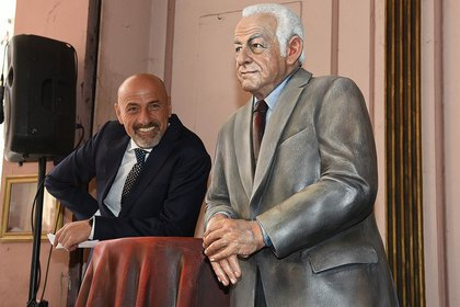 Gustavo Sofovich junto a la estatua de su padre