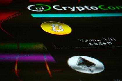 Les symboles de la crypto-monnaie Bitcoin et Ethereum sont affichés sur un écran.  Photographe: Mary Turner / Bloomberg
