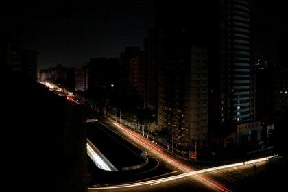 Las luces de los autos, las únicas de la ciudad (REUTERS/Carlos Jasso)