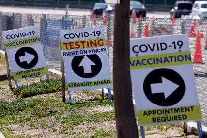 Un centro masivo de vacunación en Inglewood, California
