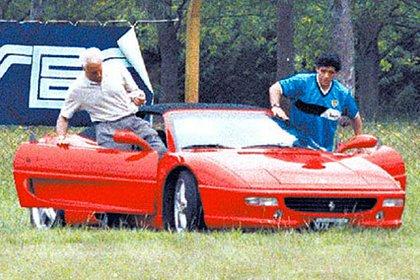 Maradona y Cóppola en una Ferrari F355 Spider que usaba en su regreso a Boca en 1995.