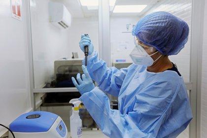 A principios de febrero, la Universidad de Oxford anunció que su vacuna tiene una eficacia del 75% contra la variante británica del coronavirus. REUTERS/Fernando Carranza