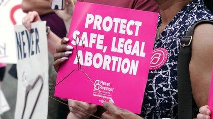 """Una activista por el derecho al aborto sostiene un cartel en el centro de Memphis durante una manifestación del """"Día de acción para detener la prohibición del aborto"""" organizada por la sección de Planned Parenthood de Tennessee en Tennessee el 21 de mayo de 2019. (REUTERS / Karen Pulfer Focht /archivo)"""