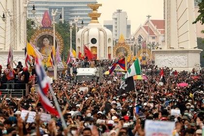 Manifestantes pro democracia marchan en Bangkok (REUTERS/Athit Perawongmetha)