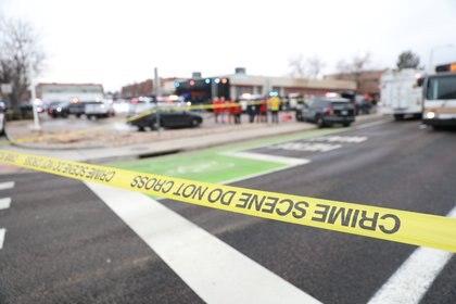 Cinta perimetral de la policía en el lugar del tiroteo en la tienda de comestibles King Soopers en Boulder (Reuters)