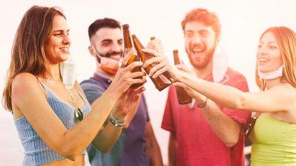 """""""La vida se afirma al estar con otros seres humanos en multitudes; el hombre tiene en su naturaleza anhelar eso"""" (Shutterstock)"""
