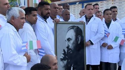"""Una brigada de 52 médicos y paramédicos cubanos viajó el sábado a Italia para asistir a los servicios sanitarios de ese país, el más afectado por la pandemia del COVID-19. Por su parte, Rusia anunció el envío de virólogos militares """"con experiencia"""" en la desinfección de edificios y de infraestructuras."""