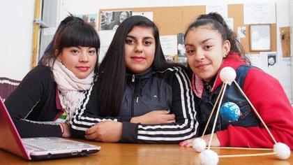 Brisa Figueroa, Tamara Flores y Melody Cañete, estudiantes de la Escuela Secundaria de la UNSAM (Pablo Carrera Oser – Archivo Escuela Secundaria Técnica UNSAM)
