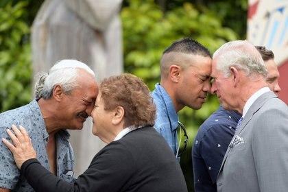 El príncipe Carlos es recibido con un Hongi tradicional durante su bienvenida a Takanhanga Marae en Kaikoura, Nueva Zelanda, 23 de noviembre de 2019. (REUTERS / Tracey Nearmy)
