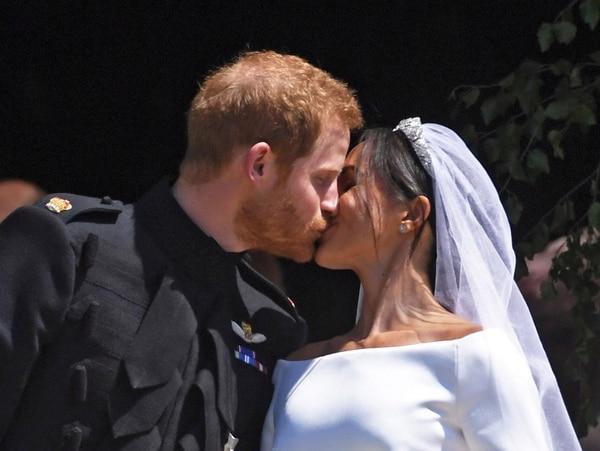 El beso de los duques de Sussex tras la ceremonia religiosa en la capilla St.George (EFE)