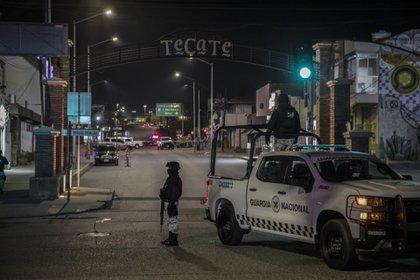 Durante la madrugada del lunes, patrullas municipales interceptaron a una camioneta Suburban, color azul, y una camioneta Tahoe, color negra (Foto: Omar Martínez/Cuartoscuro.com)