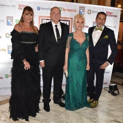 Los anfitriones junto a Elena Fortabat y Cesar Juricich