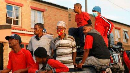 Durante el confinamiento por coronavirus, pandilleros distribuyeron comida en el barrio de Manenberg de Ciudad del Cabo, Sudáfrica.(Foto: Photo/Nardus Engelbrecht)