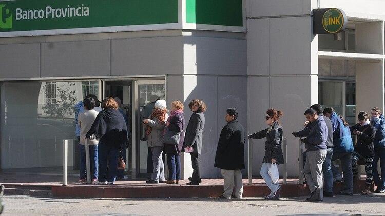 Colas en los cajeros automáticos durante el paro de estatales de la provincia de Buenos Aires (NA)