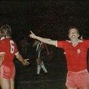 Pérez y Trossero reclaman al árbitro; Larrosa gritando, haciendo gestos y al grito: