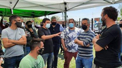 El ministro Andrés Larroque negocia para que la mayor cantidad de familias abandonen la toma de Guernica de manera pacifica. hasta ahora unas 600 ya lo hicieron