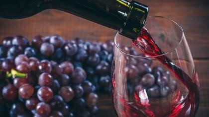 Según estudios cientificos el beber vino tinto puede ayudar a bajar de peso y controlar la obesidad (Getty Images)