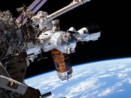 """La nave espacial Crew Dragon """"Endeavour"""" de SpaceX fotografiada por los astronautas Bob Behnken y Chris Cassidy mientras realizaban una caminata espacial el 1 de julio de 2020."""