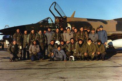 Pilotos, mecánicos, técnicos y soldados del Escuadrón M5 Dagger antes de una de las misiones en Comodoro Rivadavia. Los aviones de la Fuerza Aérea protegieron a los caza de la aviación naval durante el ataque al Sheffield