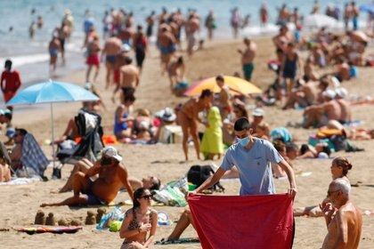 Las playas fueron uno de los destinos elegidos, en este caso en Las Canteras, en Las Palmas de Gran Canaria, España (REUTERS/Borja Suarez)