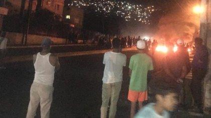 Decenas de manifestantes, en el otrora bastión chavista de Catia, quemaron llantas y pidieron la salida de Maduro. (Twitter)