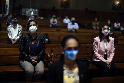 Fieles mantienen el distanciamiento social en la Catedral Sao Sebastiao en Río de Janeiro este 4 de julio de 2020. REUTERS/Pilar Olivares