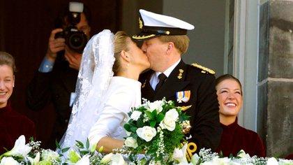 El primer beso frente al pueblo holandés que vitoreaba a los novios (Shutterstock)