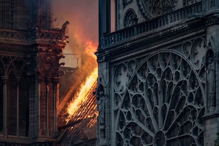 En abril se incendió parte de la Catedral de Notre Dame, en París (Photo by THOMAS SAMSON / AFP)