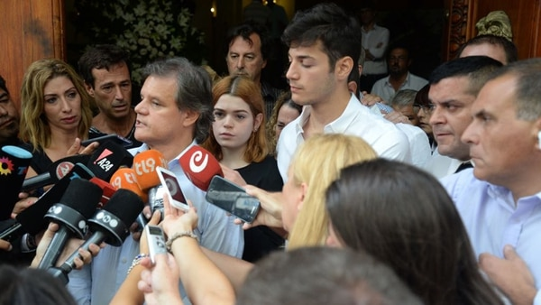 Sacco toma la palabra; atrás suyo Luna y Agustín Funes, los hijos de Débora (Julieta Ferrario)