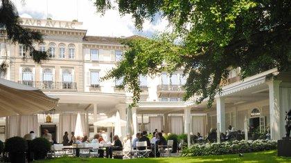 Inaugurada en 1844 y operada por la misma familia desde entonces, esta propiedad ha albergado a personas como Joan Miró y Plácido Domingo. Ubicado en un jardín cerca de la calle comercial Bahnhofstrasse (el equivalente de Zurich a la Quinta Avenida), el hotel mira directamente al lago de Zurich y los Alpes. En el interior, las habitaciones mezclan con buen gusto los estilos Art Deco, Luis XVI y Regency, y están decoradas individualmente en tonos neutros con acentos en rojo, morado y verde azulado (Baur au Lac)