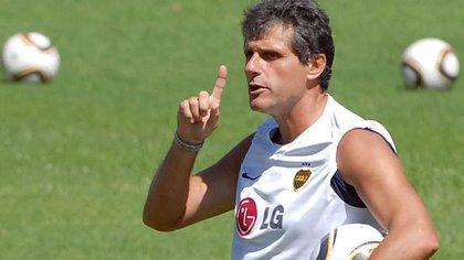 Abel Alves reemplazó a Basile en 2010 en el banco de Boca pero no duró mucho (Télam)