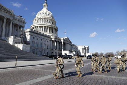 Miembros de la Guardia Nacional de EEUU fueron registrados este martes al caminar frente al Capitolio, durante los preparativos de la investidura del presidente electo de EE.UU., Joe Biden, en Washington DC (EE.UU.). EFE/Erik S. Lesser
