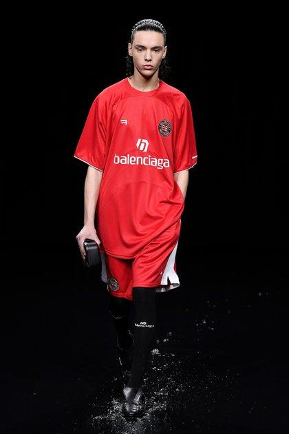 La presentación de la nueva temporada de Balenciaga incluyó vestidos negros, túnicas e impermeables, como así también modelos inspirados en un outfit deportivo, precisamente en el fútbol (Shutterstock)