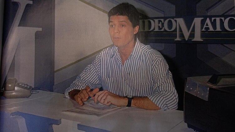 El teléfono, la escenografía, el monitor, la ropa de Tinelli: en esta foto sobra información sobre la época en la que fue tomada, en el amanecer de la década del 90 (Foto: Ideas del Sur)