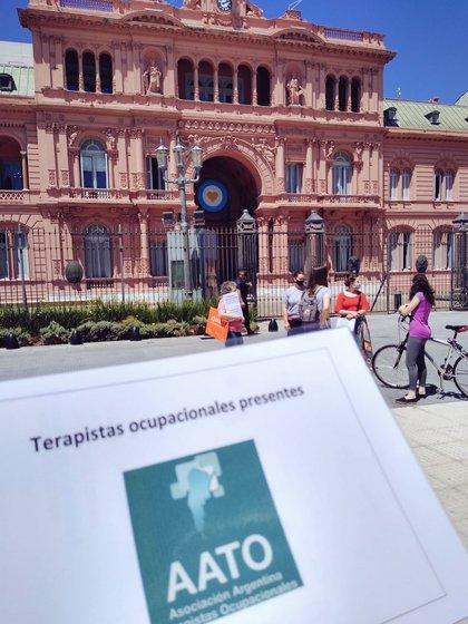 Protestas contra el ajuste en discapacidad frente a la Casa Rosada